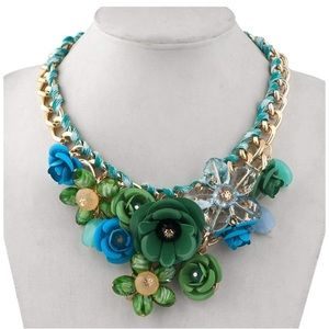 Green chunky flower statement necklace *NWT*